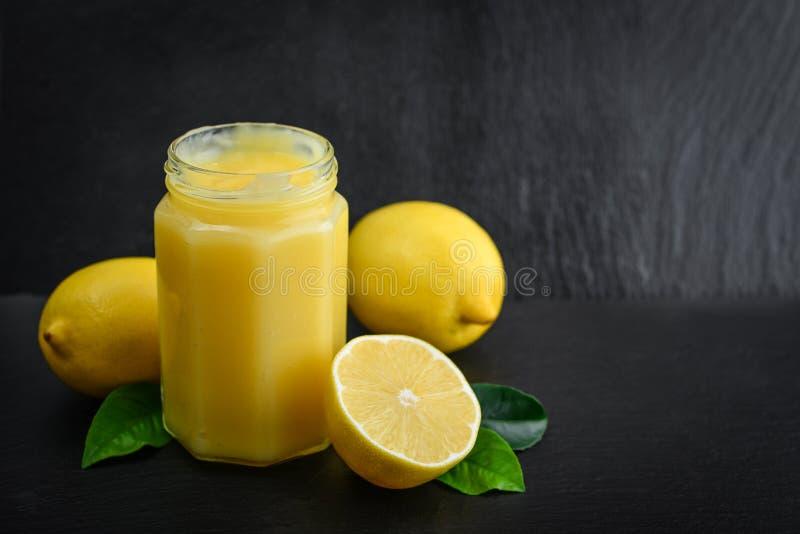 Cagliata di limone in barattolo immagine stock