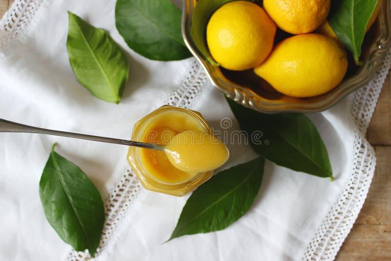 Cagliata di limone in barattolo di vetro, limoni e foglie del limone Stile rustico, fuoco selettivo fotografie stock libere da diritti