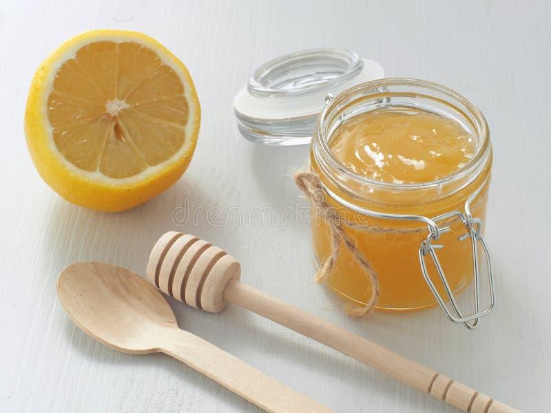 Cagliata di limone in piccolo barattolo di vetro con il limone fresco sopra la tavola di legno immagine stock libera da diritti