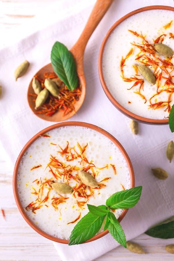 Cagliata indiana di lassi con cardamomo verde, la menta, la vaniglia e lo zafferano immagini stock libere da diritti