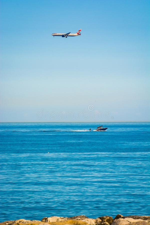 Cagnes-sur Mer, Frankreich - 20. Juni 2018 Flugzeuglandung über Meer stockfoto