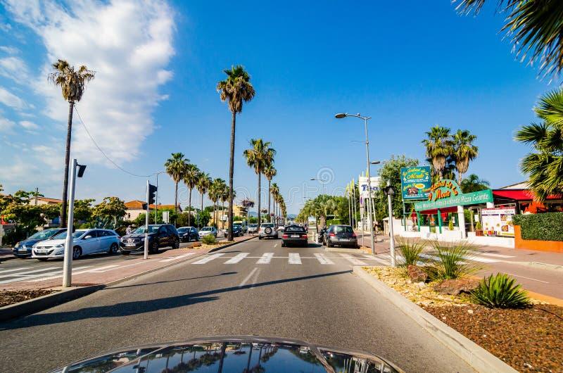 Cagnes-sur Mer, Frankreich - 20. Juni 2018 Kolonnade auf französischem Riviera lizenzfreies stockfoto