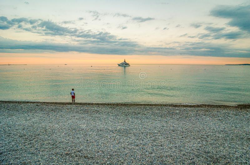 Cagnes sur Mer, Frankrijk - Juni 20, 2018 Mens die zich in Middellandse Zee bevinden royalty-vrije stock foto's