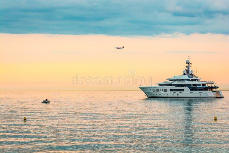 Cagnes sura Mer Francja, Czerwiec, - 20, 2018 Luksusowa łódź zakotwiczająca w morzu śródziemnomorskim zdjęcie stock