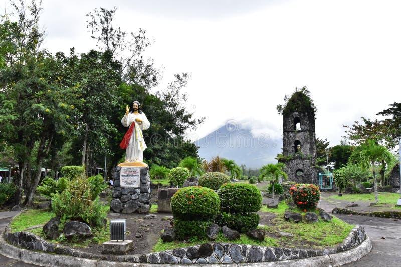 Cagsawaruïnes in Albay, Filippijnen stock foto's