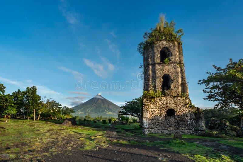 Cagsawaruïnes en Mayon Vocalno in Legazpi, Filippijnen royalty-vrije stock afbeelding