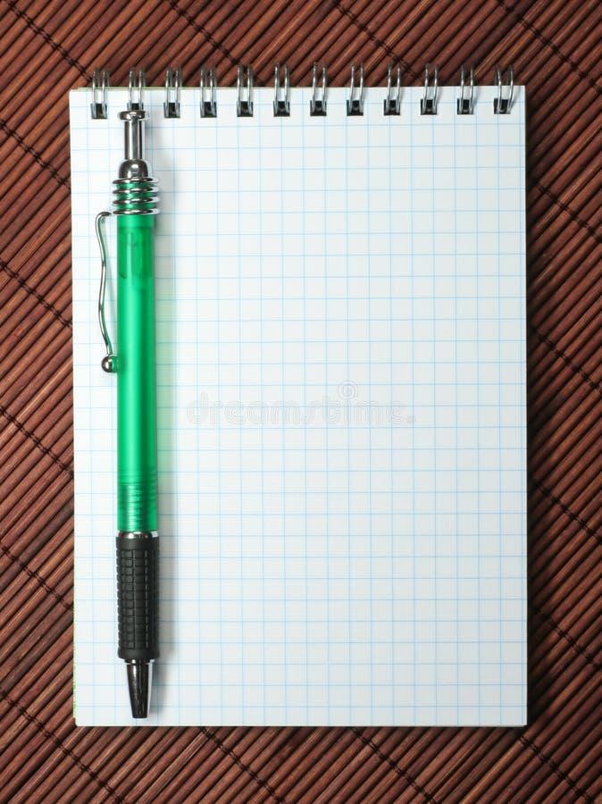 Cahier avec l'aiguille photos libres de droits