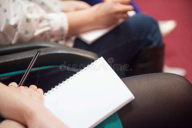 Cahier de croquis dans les mains de la fille image stock