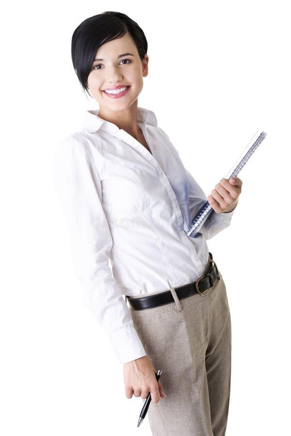 Cahier et crayon lecteur heureux de fixation de femme d'affaires images libres de droits