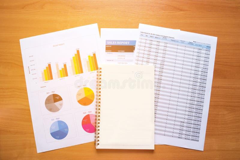 Cahier vide Rapport de lecture, graphiques, diagrammes, document au travail photos stock