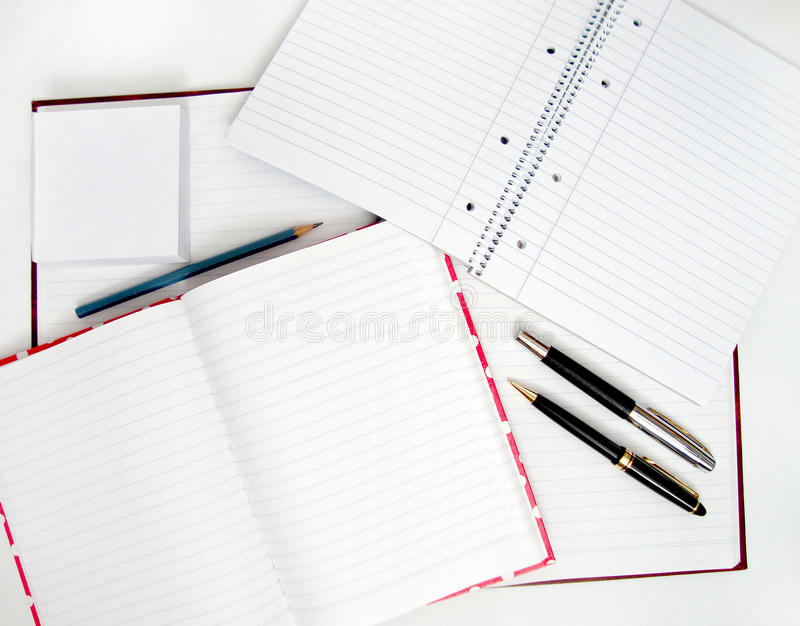 Cahiers et crayons lecteurs images libres de droits