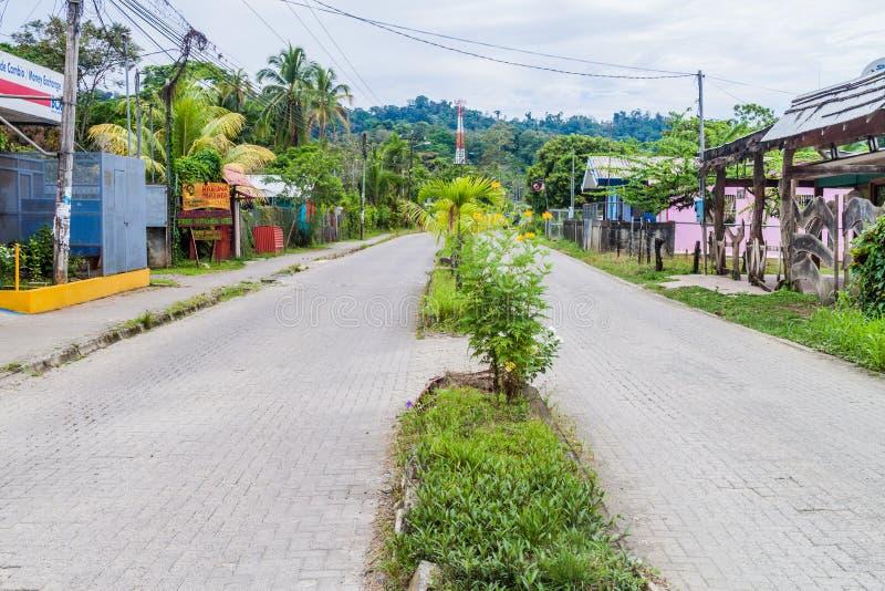 CAHUITA, COSTA RICA - 17 MAGGIO: Vista di una strada principale nel villaggio di Cahuita, Costa Ri immagine stock libera da diritti