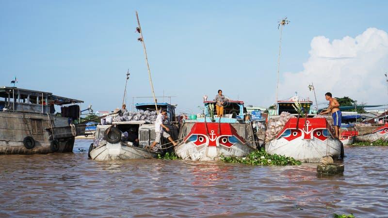 Cai звенел плавая перепад Меконга рынка в Can Tho Вьетнаме стоковые изображения rf