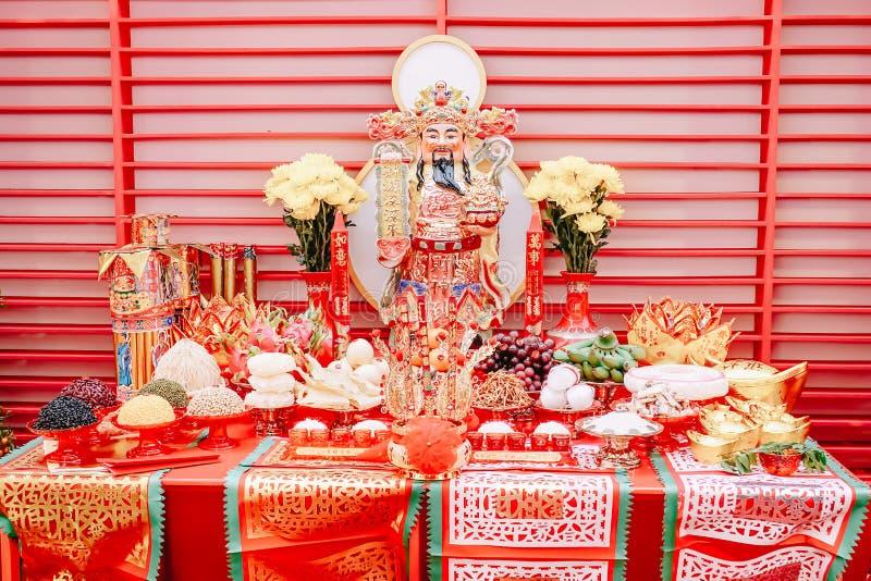 Cai Shen God av rikedomgudinnan av förmögenhet och mat på tabellen för gudar som tillber kinesiska troar i det kinesiska nya året royaltyfri bild