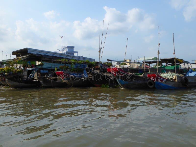 Cai svävar marknaden i den Mekong River deltan Vietnam arkivfoto