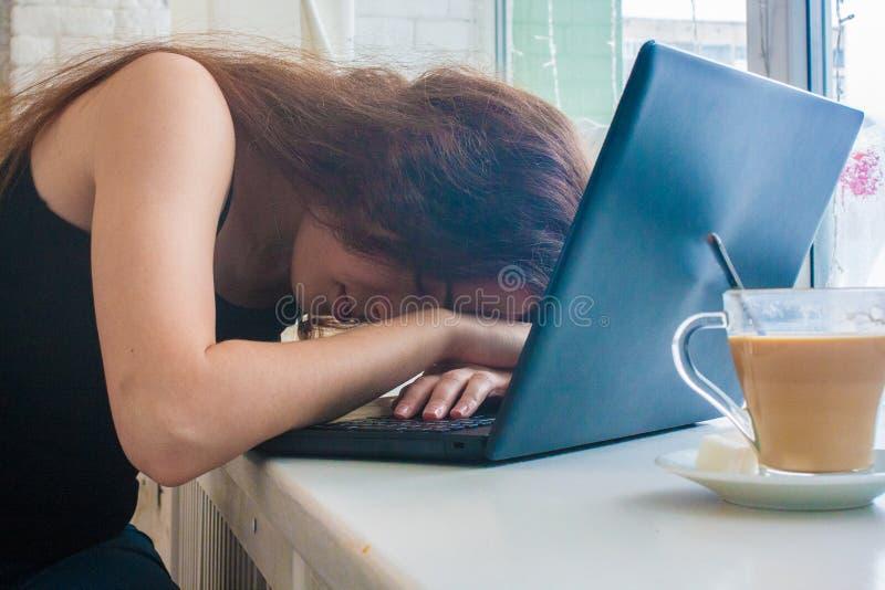 Caia adormecido no trabalho doesn& x27 do café; ajuda de t atrativo imagem de stock