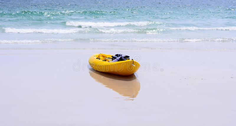 Caiaque amarelos coloridos na praia fotografia de stock royalty free