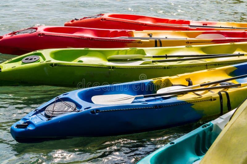 Caiaque colorido no mar fotos de stock royalty free