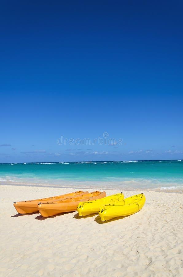 Caiaque coloridos no Sandy Beach tropical foto de stock royalty free