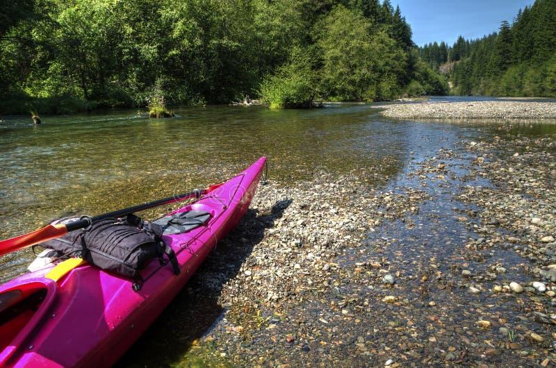 Caiaque cor-de-rosa que descansa sobre nos bancos de Yakima River fotos de stock