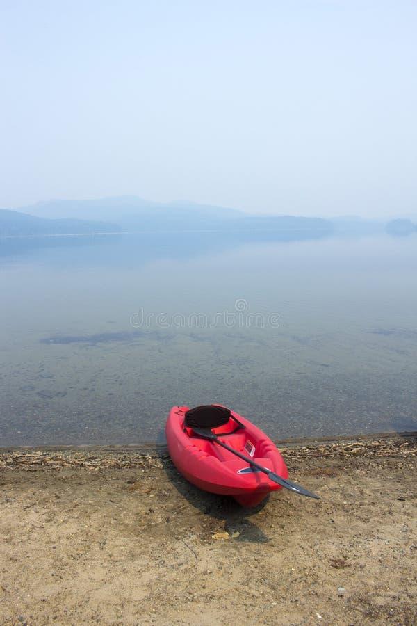 Caiaque em uma praia do lago imagens de stock