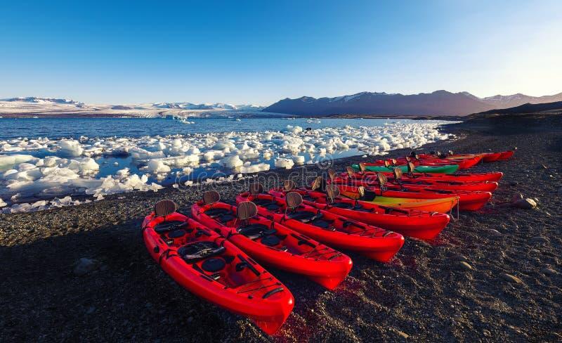Caiaque na costa da lagoa da geleira de Jokulsarlon no por do sol fotos de stock
