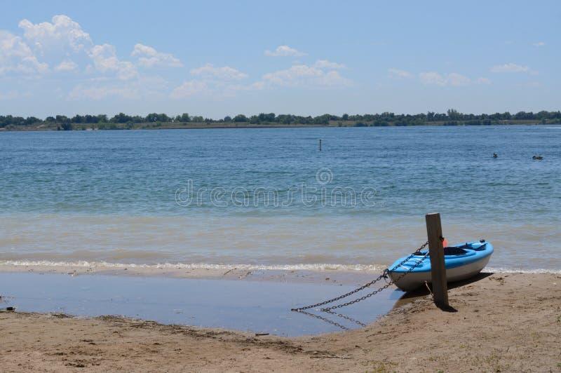 Caiaque na costa do lago fotografia de stock