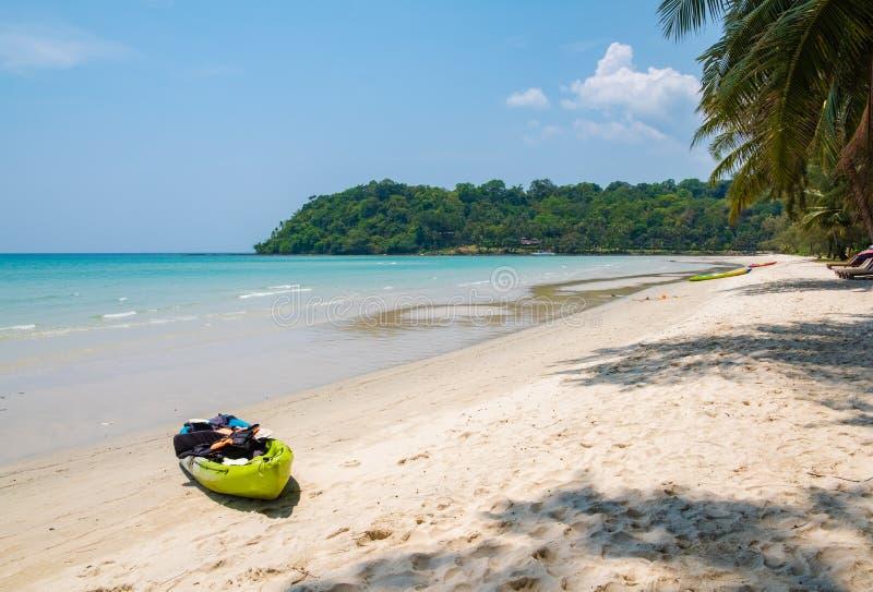 Caiaque na praia tropical foto de stock royalty free