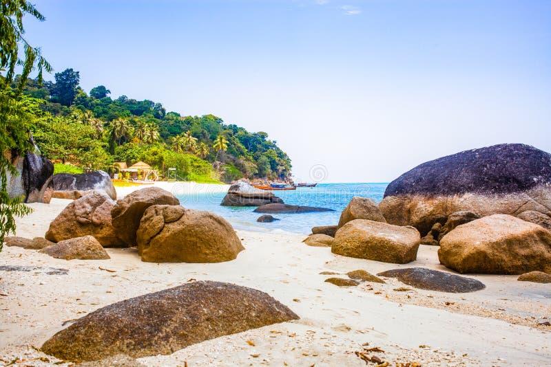 caiaque numa ilha tropical isolada - fundo de férias exótico - Koh Lipe, Tailândia imagens de stock