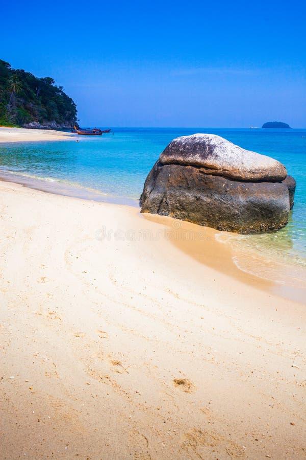caiaque numa ilha tropical isolada - fundo de férias exótico - Koh Lipe, Tailândia foto de stock royalty free