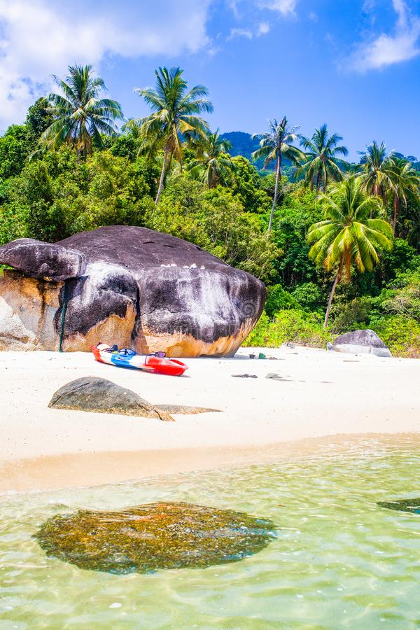 caiaque numa ilha tropical isolada - fundo de férias exótico - Koh Lipe, Tailândia foto de stock