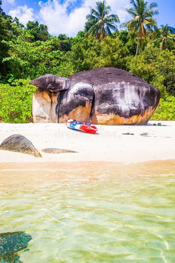 caiaque numa ilha tropical isolada - fundo de férias exótico - Koh Lipe, Tailândia imagem de stock