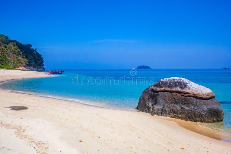 caiaque numa ilha tropical isolada - fundo de férias exótico - Koh Lipe, Tailândia fotografia de stock royalty free