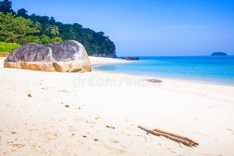 caiaque numa ilha tropical - passado de férias exótico - Koh Lipe, Tailândia imagem de stock royalty free