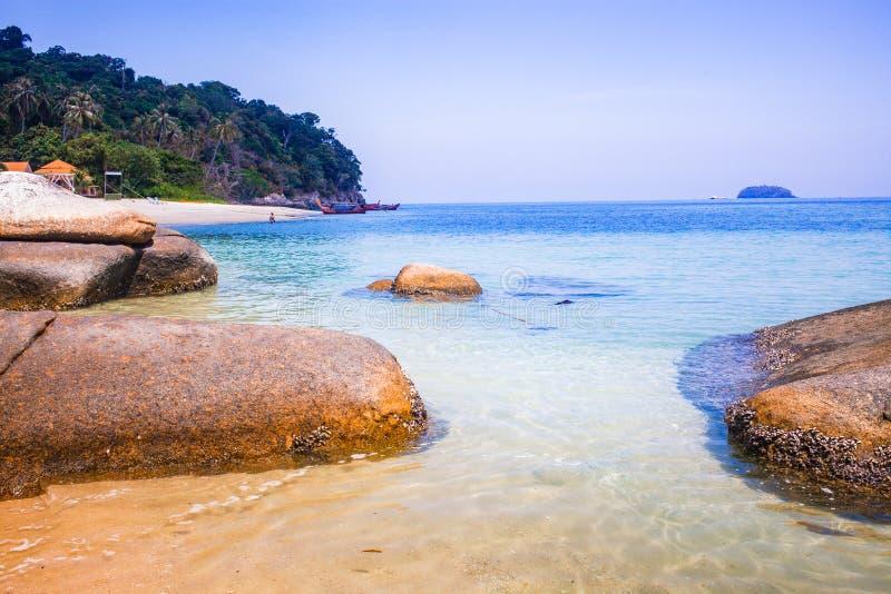caiaque numa ilha tropical - passado de férias exótico - Koh Lipe, Tailândia imagens de stock