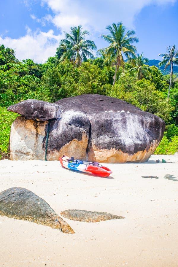 caiaque numa ilha tropical - passado de férias exótico - Koh Lipe, Tailândia imagem de stock