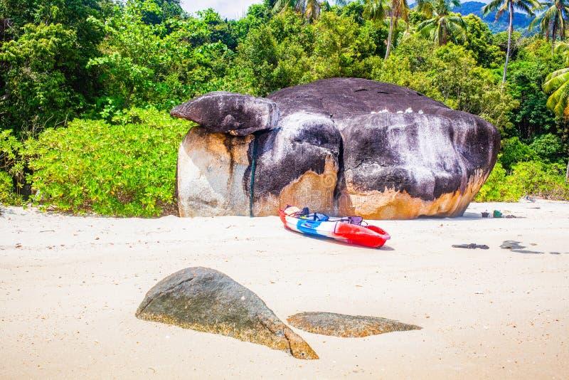 caiaque numa ilha tropical - passado de férias exótico - Koh Lipe, Tailândia fotos de stock