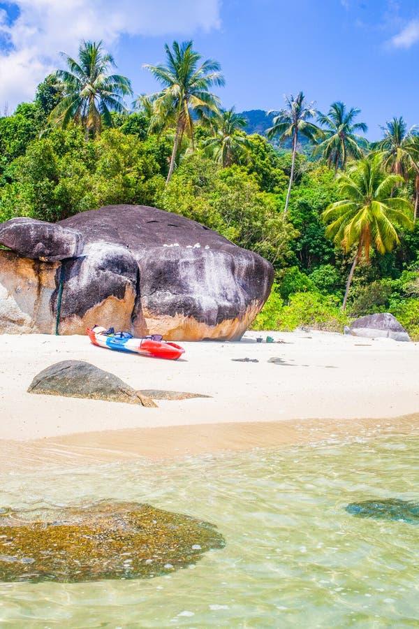 caiaque numa ilha tropical - passado de férias exótico - Koh Lipe, Tailândia fotos de stock royalty free