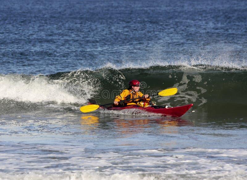 Caiaque que surfa no mar fotos de stock royalty free