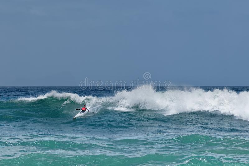 Caiaque que surfa a onda enorme em Cape Town África do Sul fotografia de stock royalty free