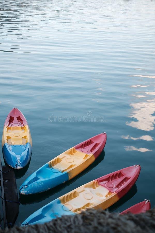 Caiaque sentado na beira de um lago Conceito Foto. Esporte Caiaque de Plástico Colorido com água ao fundo. ninguém no Che fotos de stock royalty free