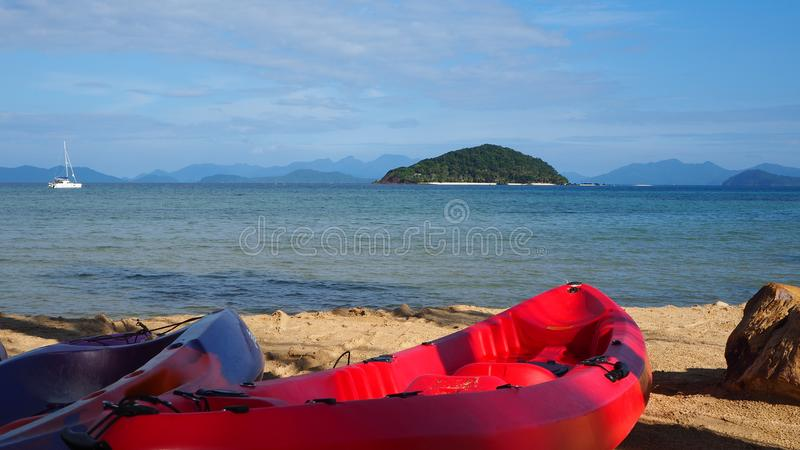 Caiaque vermelho na praia com o céu azul no dia ensolarado em Tailândia Praia do verão foto de stock