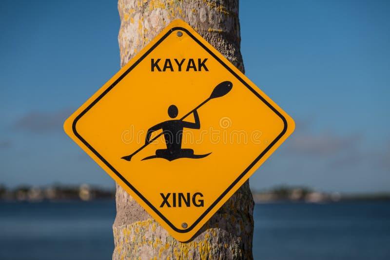 Caiaque Xing - cruzamento do caiaque - sinal amarelo em uma árvore fotos de stock