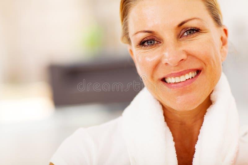 Caiba a mulher envelhecida meio imagens de stock
