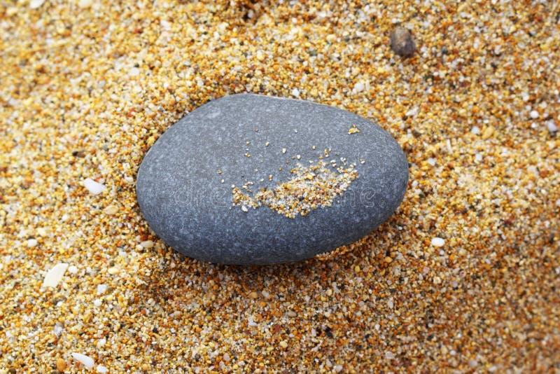 Caillou sur le sable image stock