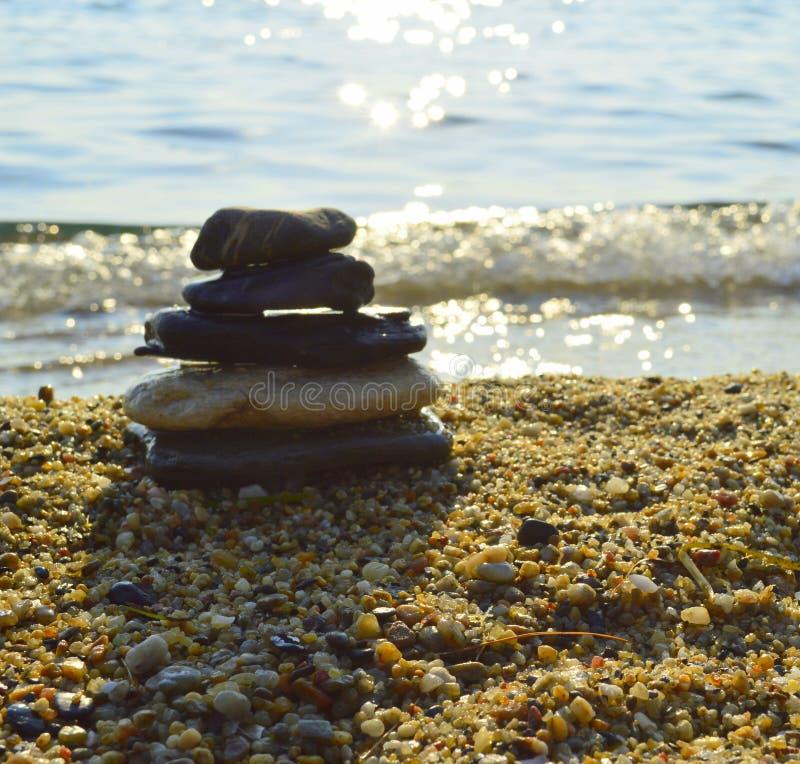 Cailloux en pierre d'équilibre sur la plage images libres de droits