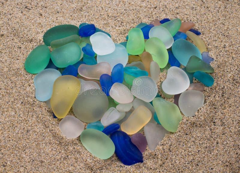 Cailloux en verre de mer sous forme de coeur photographie stock libre de droits