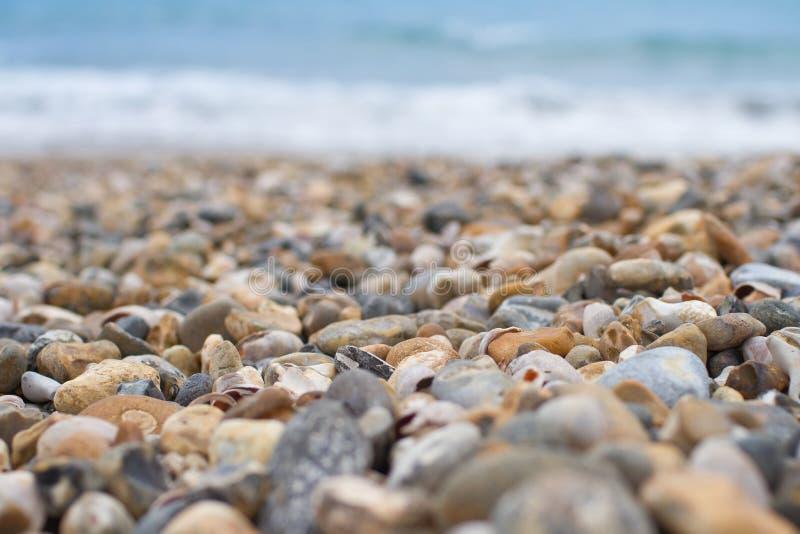 Cailloux et océan de plage photographie stock libre de droits