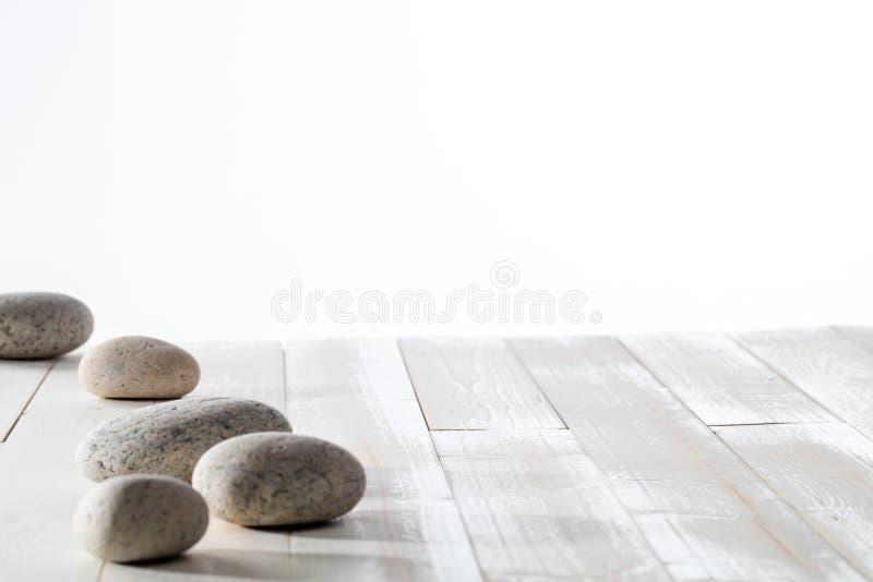Cailloux gris pour la méditation, le mindfulness, la station thermale minérale ou le vide blanc image libre de droits