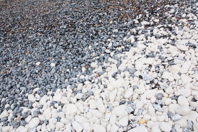 Cailloux noirs et blancs sur une plage anglaise photographie stock